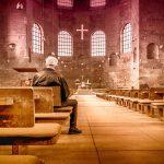 Kościoły oświetlone na czerwono w imię wolności wiary